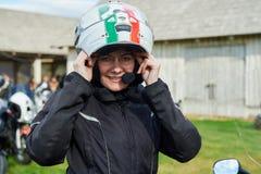 Öffnung von litauischen Radfahrern würzen, Sitzung im Ferien auf dem Bauernhof-Gehöft, Porträts lizenzfreie stockbilder