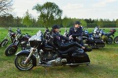 Öffnung von litauischen Radfahrern würzen, Sitzung im Ferien auf dem Bauernhof-Gehöft, Porträts stockbilder
