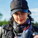 Öffnung von litauischen Radfahrern würzen, Sitzung im Ferien auf dem Bauernhof-Gehöft, Porträts lizenzfreies stockfoto