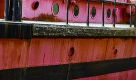 Öffnungen und Plattform auf einem alten roten rostigen Boot lizenzfreies stockbild