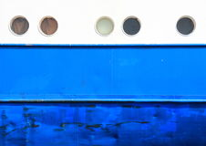 Öffnungen und Rumpf auf weißem und blauem Küstenmotorschiffhintergrund Lizenzfreie Stockfotografie