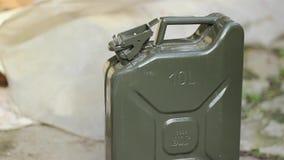 Öffnungs-Brennstoff-Kanister-Kappe stock video footage