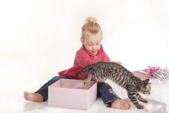 Öffnungs-Geburtstaggeschenk des kleinen Mädchens Stockbild