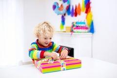 Öffnungs-Geburtstagsgeschenke des kleinen Jungen Stockbilder
