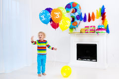 Öffnungs-Geburtstagsgeschenke des kleinen Jungen Lizenzfreies Stockfoto