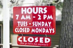 Öffnungs-Zeiten eines Geschäfts mit Stunden und Tagen Lizenzfreies Stockbild