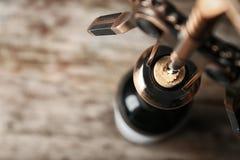 Öffnungsflasche Wein mit Korkenzieher, stockbild