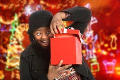 Öffnungsgeschenkbox der jungen Frau Stockbild