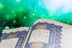 Öffnungsseiten von Qur-` der Heiligen Schrift, das mit grünem Hintergrund ist Lizenzfreies Stockbild