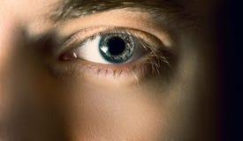 Öga med kontaktlinsen Arkivfoto