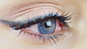 Ögat av en ung kvinna med blåa ögon lager videofilmer