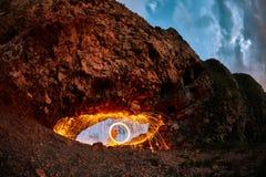 Ögon är målad brinnande stålull i berget royaltyfria bilder