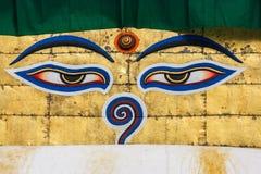 Ögon av Buddha på stupaen av den Swayambunath templet, Kath Arkivbilder