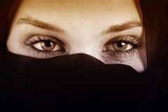 Ögon av den arabiska kvinnan med skyler royaltyfri fotografi