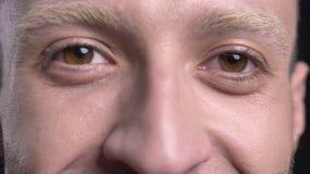 Ögon av den blonda manhipsteren håller ögonen på på kameran som ler arkivfilmer