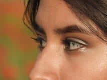Ögon av den latinamerikanska kvinnliga tonåringen arkivfoto