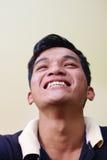 Ögon av den lyckliga unga asiatiska mannen som ser kameran royaltyfri bild