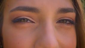 Ögon av den nätta kvinnan håller ögonen på på kameran i dag, skelar lager videofilmer