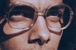 Ögon av den stiliga mannen i gammalmodiga exponeringsglas royaltyfri foto