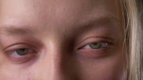 Ögon av den unga gulliga blonda flickan, håller ögonen på på kameran arkivfilmer