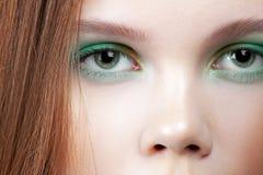 Ögon av den unga gulliga flickan med färgrik sminknärbild royaltyfri fotografi