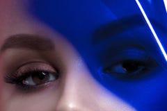 Ögon av den unga härliga kvinnan med rengöring gör perfekt hud med blått fotografering för bildbyråer