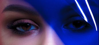 Ögon av den unga härliga kvinnan med rengöring gör perfekt hud med blått royaltyfri bild