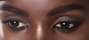 Ögon av den unga härliga svarta kvinnan med rengöring gör perfekt hud royaltyfria bilder