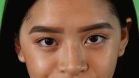 Ögon av en härlig asiatisk kvinna som ser till kameran royaltyfri foto