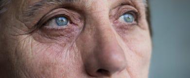 Ögon av en hög kvinna arkivfoto
