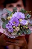 Ögon av en kvinna med en romantisk blomma fotografering för bildbyråer