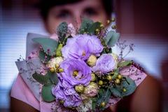 Ögon av en kvinna med en romantisk blomma royaltyfri foto