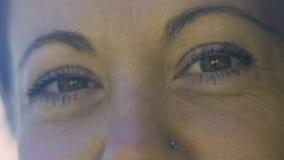 Ögon av kvinnan i 30-tal, härliga skrynklor som ler par av ögon, kuggefokus som är långsam arkivfilmer