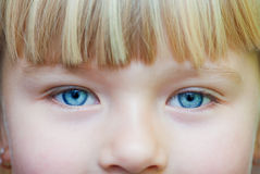 Ögon av lite flickan royaltyfria bilder
