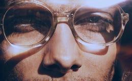 Ögon av mannen i gamla exponeringsglas i ljus arkivbilder