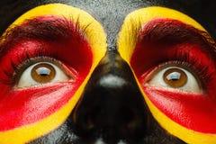 Ögon av patrioten för Tysklandsportfan Målad landsflagga på manframsida Arkivbilder
