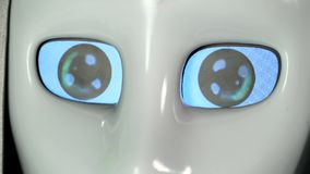 Ögon av roboten är av och på close upp arkivfilmer