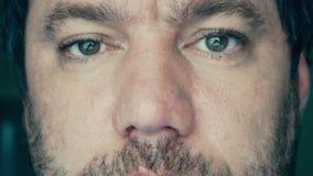 Ögon av vuxna män stock video