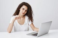 Ögon behöver något vilar från datoren Inomhus skott av trötta snygga frilans- kvinnliga hållande exponeringsglas i handen, samman arkivfoton