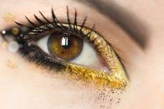 Ögon för brunt för makeup för kvinna` s gröna med guld- ögonskugga royaltyfri bild