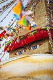 Ögon för Buddha` som s visas på en buddistisk stupa Boudnath royaltyfria bilder