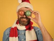Ögon för julmanräkning med xmas klumpa ihop sig på gul bakgrund arkivfoto