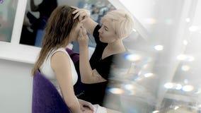 Ögon för målning för makeupkonstnär av den härliga modellen Royaltyfri Bild