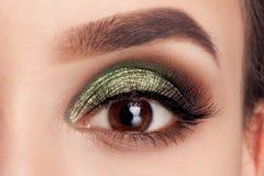 Ögon för smink för modell för skönhetståendeflicka gröna arkivfoto