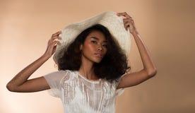 Ögon för svart hår för hud för asiatisk kvinna för mode solbrända royaltyfri bild