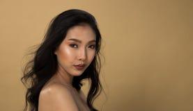 Ögon för svart hår för hud för asiatisk kvinna för mode solbrända arkivfoton
