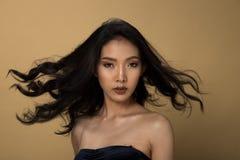 Ögon för svart hår för hud för asiatisk kvinna för mode solbrända royaltyfria bilder