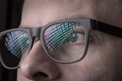 Ögon och exponeringsglas - slut för framsida för man` s upp makro royaltyfri fotografi