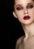 Ögon och kanter för skönhetstående utgör röda modellen arkivbild