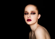 Ögon och kanter för skönhetstående utgör röda modellen arkivfoton